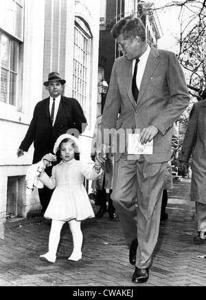 Gehen Sie gewählter Präsident Kennedy und Caroline Kennedy, in die Kirche aus ihrer Heimat zu ihrem dritten Geburtstag. - Stockfoto