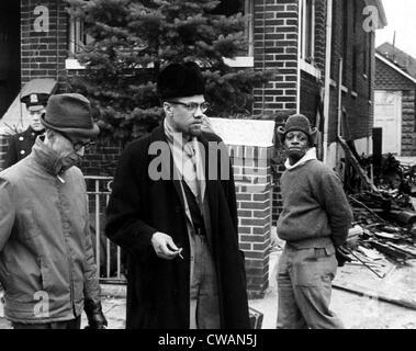 Malcolm X (Mitte, 1925-1965), spricht mit einem Reporter, nachdem eine Brandbombe in seinem Haus geworfen wurde. - Stockfoto