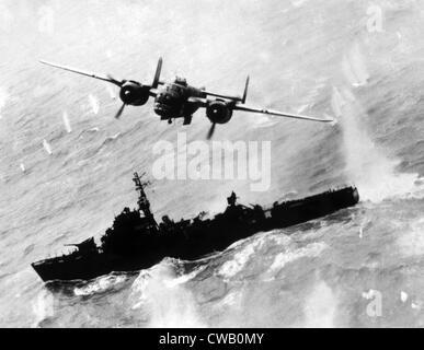 Zweiter Weltkrieg, ein amerikanischer b-25 Bomber fliegen über die japanischen Zerstörer Escort Fregatte in der - Stockfoto