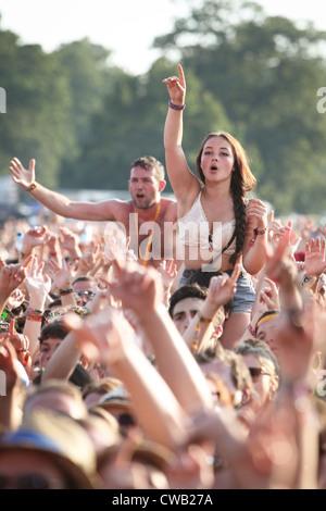 Die Zuschauer genießen die live-Musik beim V Festival in Hylands Park, Chelmsford, Essex - Stockfoto
