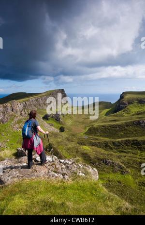 Eine weibliche Wanderer zu Fuß in der Nähe der Quiraing auf der Isle Of Skye, Schottland, UK - Stockfoto