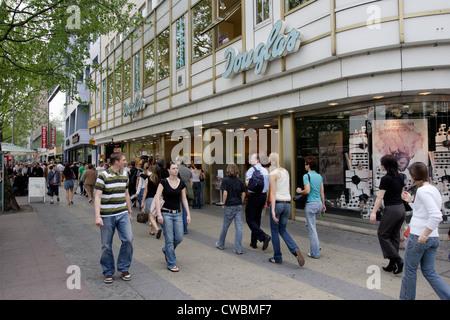 Berlin, Passanten auf dem Kurfürstendamm - Stockfoto
