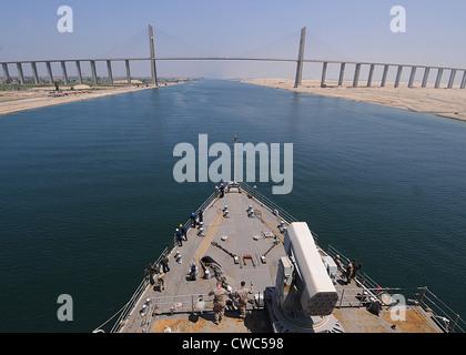 Die USS ASHLAND ein amphibisches Kriegsschiff nähert sich der Mubarak-Friedensbrücke über den Suez-Kanal. 18. Juli - Stockfoto
