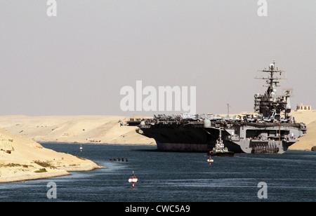 Flugzeugträger USS HARRY S. TRUMAN verläuft unterhalb der Suez-Kanal-Brücke in El Qantara Ägypten. 1. Dezember 2010. - Stockfoto