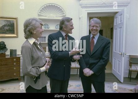 Präsident Jimmy Carter grüßt Schauspielers Kirk Douglas und seine Frau Frau Anne Buydens Douglas. 16. März 1978. - Stockfoto