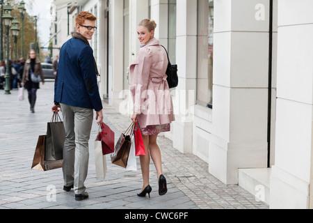 Paar Einkaufstaschen tragen - Stockfoto