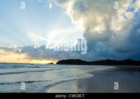 Tropischer Strand Sonnenuntergang Himmel mit beleuchteten Wolken - Stockfoto