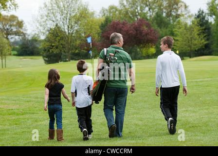 Ein Vater genießt eine Partie Golf mit seiner Familie UK - Stockfoto