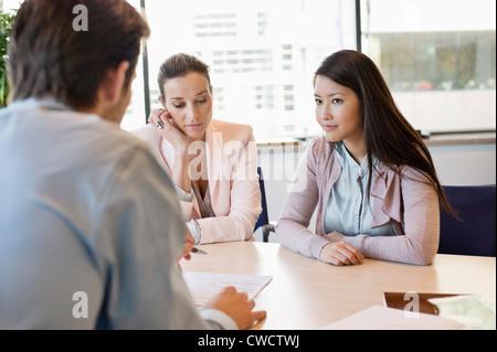 Business executive mit seinen Kunden diskutieren - Stockfoto