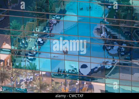 Der Pool von The Cosmopolitan Hotel und Casino spiegeln in einem nahe gelegenen Gebäude im Stadtzentrum von Las - Stockfoto