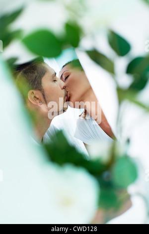 Junger Kerl und seine Freundin teilen leidenschaftlichen Kuss - Stockfoto