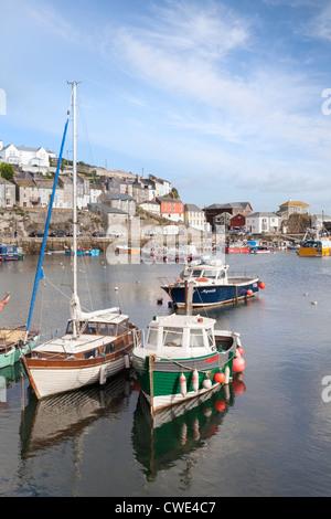 Der Hafen von Mevagissey in Cornwall mit Fischerei- und Boote. - Stockfoto