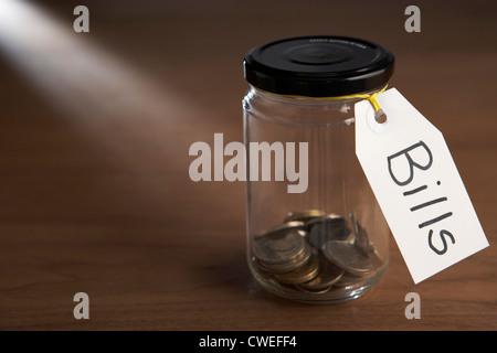 Münzen in ein Marmeladenglas - Stockfoto