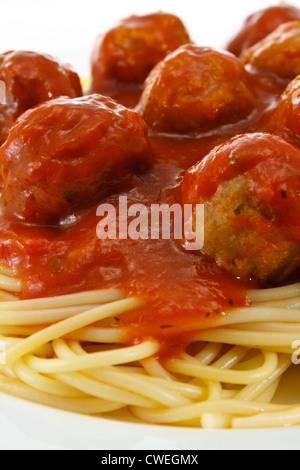 Nahaufnahme von Spaghetti und Fleischbällchen in einer Bolognese-Sauce eine westliche Adaption von traditionelle - Stockfoto