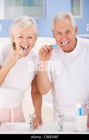 Älteres paar Zähne putzen - Stockfoto