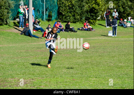 Jugend-Fußball-Spieler den Ball Rygersdal Football Club, Cape Town South Africa - Stockfoto