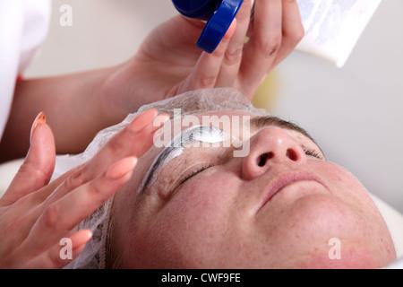 Kosmetikerin Farben die Augenbrauen einer Frau im Kosmetik-studio - Stockfoto