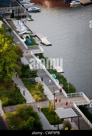Eine Luftaufnahme der angelegten Promenade für Fußgänger, am rechten Ufer des Allier-Sees (Vichy - Auvergne - Frankreich). - Stockfoto