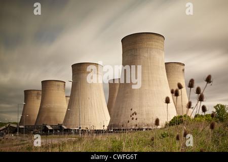 Langzeitbelichtung Foto von East Midlands Parkway Bahnhof und Ratcliffe auf Soar Kraftwerk - Stockfoto