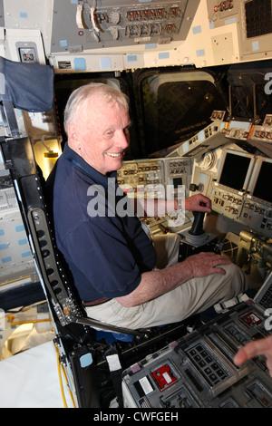 Ehemaliger NASA-Astronaut Neil Armstrong, der im Jahr 1969 wurde der erste Mensch den Mond betrat, sitzt in der - Stockfoto