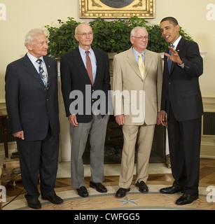 Präsident Barack Obama plaudert mit Apollo 11 Astronauten, von links: Michael Collins, Buzz Aldrin und Neil Armstrong - Stockfoto