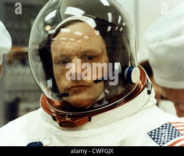 Techniker machen die letzten Anpassungen an Apollo 11 Kommandant Neil A. Armstrong Raumanzug, als er bereitet ein - Stockfoto