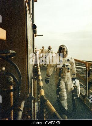 NASA Astronauten Neil A. Armstrong (vorne) und Edwin E. Aldrin Jr. Fuß über den mobile Launcher geben ihrem Raumschiff - Stockfoto