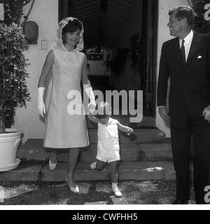 John F. Kennedy Jr mit seinen Eltern, US-Präsident John f. Kennedy und Jackie Kennedy, 14. April 1963 - Stockfoto