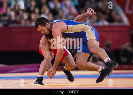 Denis Tsargush (RUS) - B-Vs Matthew Juda Gentry (CAN) in Männer 74kg Freistil bei den Olympischen Sommerspielen - Stockfoto