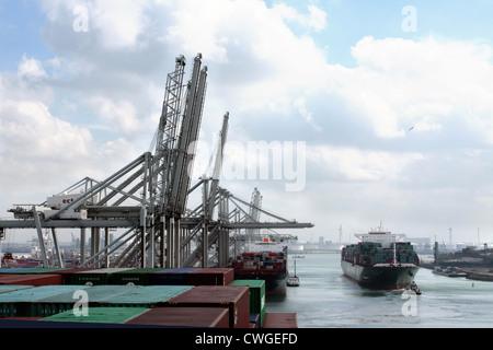 China Shipping Line Containerschiff CSCL Mars verlässt Europoort Containerterminal, Rotterdam, mit Unterstützung - Stockfoto