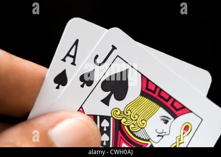 Black Jack Karten per hand auf schwarzem Hintergrund - Stockfoto