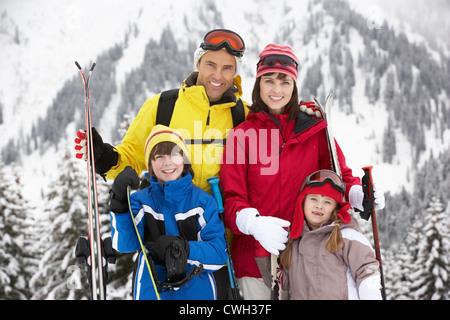 Familie im Skiurlaub In Bergen - Stockfoto