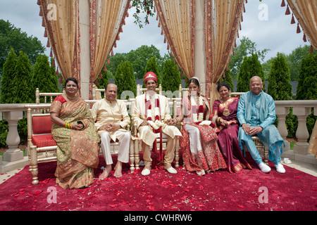 Indische Braut und Bräutigam mit Familie in traditioneller Kleidung