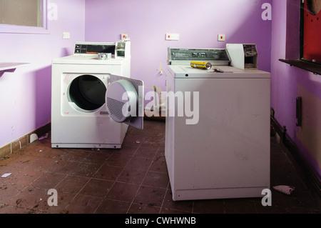 menschen in einem waschsalon waschen ihre schmutzige. Black Bedroom Furniture Sets. Home Design Ideas