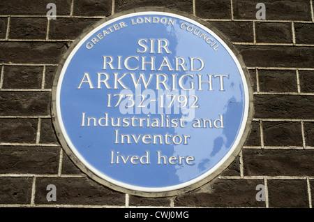 Eine blaue Plakette markiert das ehemalige Wohnhaus des Industialist und Erfinder Sir Richard Arkwright, Adam St, - Stockfoto
