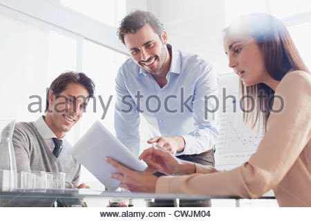 Lächelnde Geschäftsleute mit digital-Tablette in treffen - Stockfoto