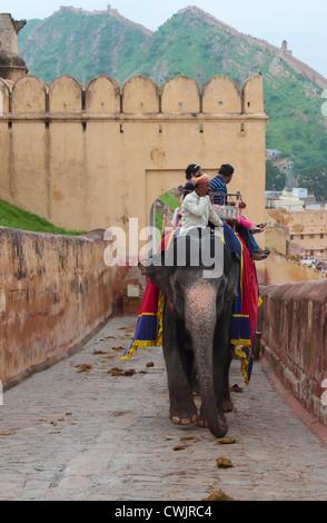 Elefanten und Mahouts die Touristen bis zum Fort Amber in der Nähe von Jaipur, Indien - Stockfoto
