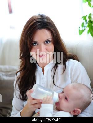 Mutter füttert ihr Baby - Stockfoto