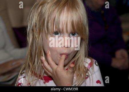 Polnische Mädchen 4 Jahre lecken Zuckerguss aus den Fingern saugen. Zawady Zentralpolen - Stockfoto