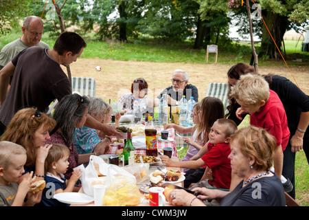 Großfamilie 4 Generationen polnischen mit einem Abendessen im Freien in ihrem Garten. Zawady Zentralpolen - Stockfoto