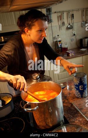 Multitasking Polin Suppe rühren und Erteilung von Weisungen in der modernen Küche.  Zawady Zentralpolen - Stockfoto