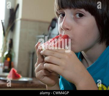 Polnischen jungen Alter 8 einen Keil der Wassermelone essen. Zawady Zentralpolen - Stockfoto
