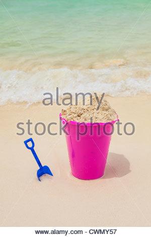 Mexiko, Quintana Roo, Halbinsel Yucatan, Cancun, Sand-Eimer und Schaufel am Strand - Stockfoto
