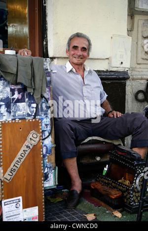 Porträt von einem Schuhputzer in Avenida de Mayo im Zentrum von Buenos Aires, Argentinien. - Stockfoto