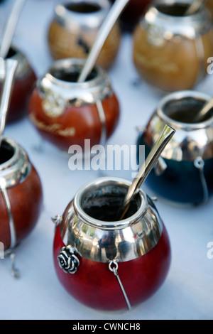 Paaren Tassen zum Verkauf am Sonntag Markt in San Telmo, Buenos Aires, Argentinien. - Stockfoto