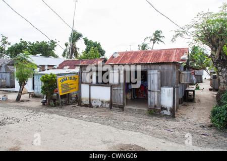 Insel St. Marie, Madagaskar - Shop im Shack mit Wellblechdach im Dorf - Stockfoto