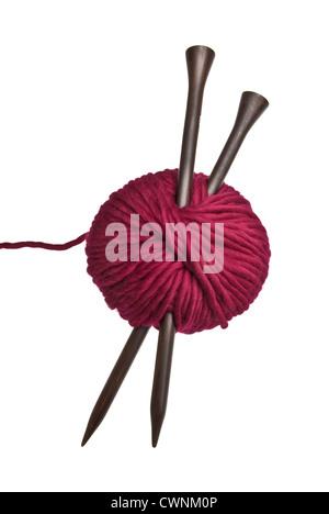Stricken Nadeln und Wolle, isoliert auf 100 % weißen Hintergrund - Stockfoto