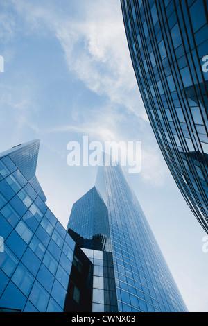 Fassade der Wolkenkratzer gegen Himmel, niedrigen Winkel Ansicht - Stockfoto