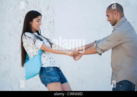 Paar zu spielen und Hand in Hand - Stockfoto