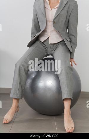 Geschäftsfrau Boucing auf Fitness-Ball, beschnitten - Stockfoto